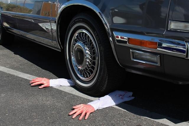 自動車に轢かれた人