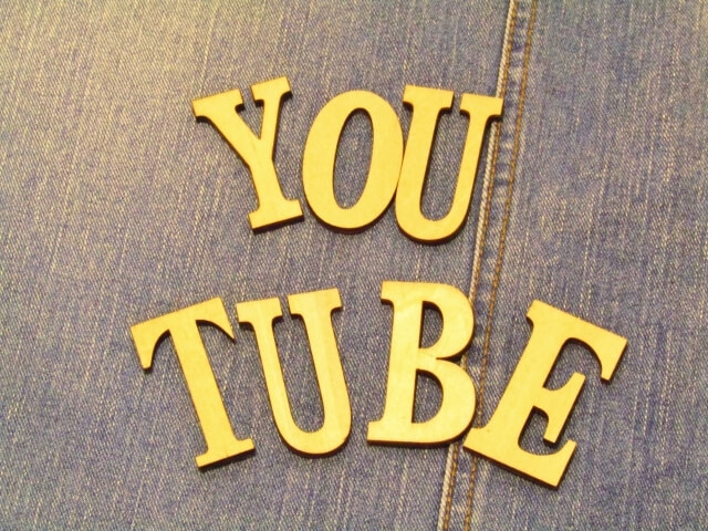 YouTubeと並べたアルファベット