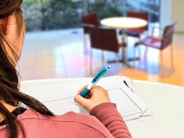 原稿を書く女性