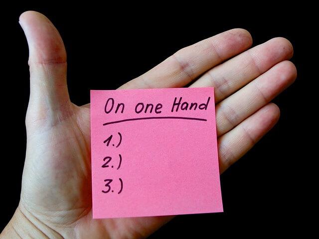 番号付きリストが書かれたメモと手