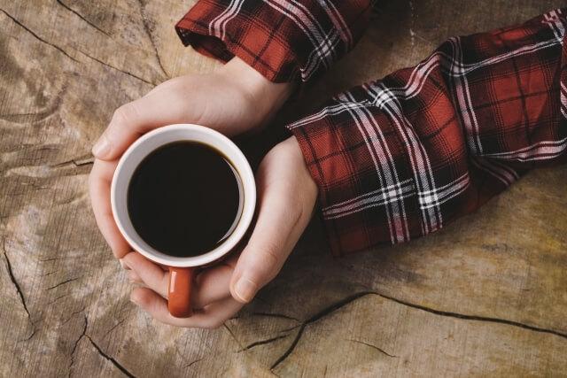 ホットコーヒーを持つ両手