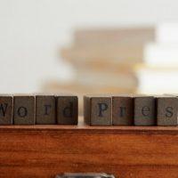 WordPressの文字が彫られたキューブ