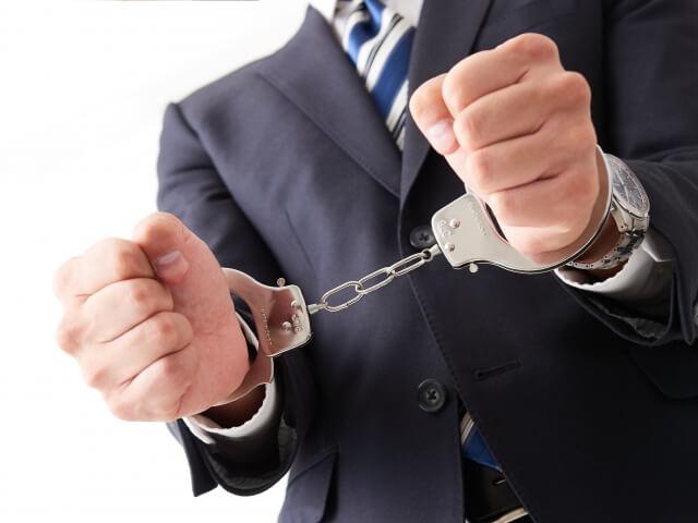 手錠をかけられた男性
