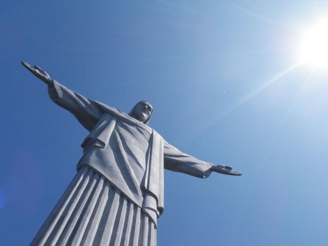 光を受けるキリスト像