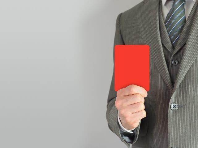 レッドカードを提示する男性