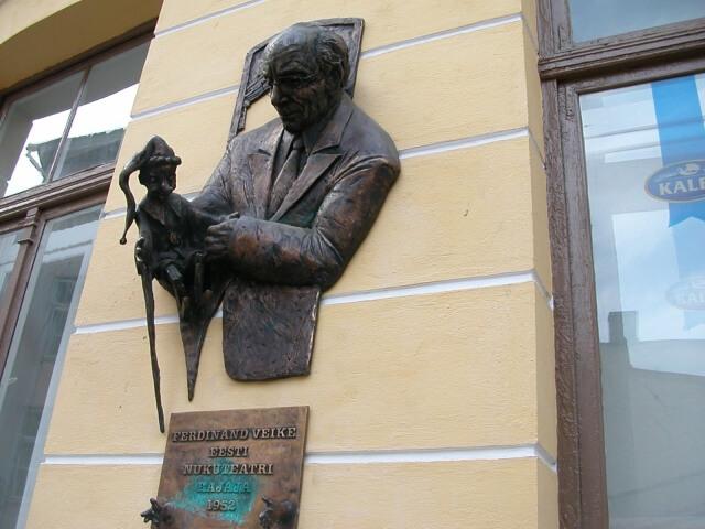 壁に埋め込まれた男性像